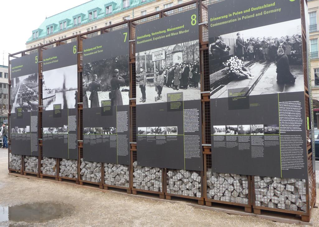 En av många informativa källor längs Berlins gator