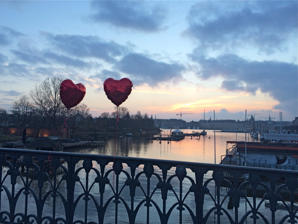 Kvällssol och kärlek på Djurgårdsbron