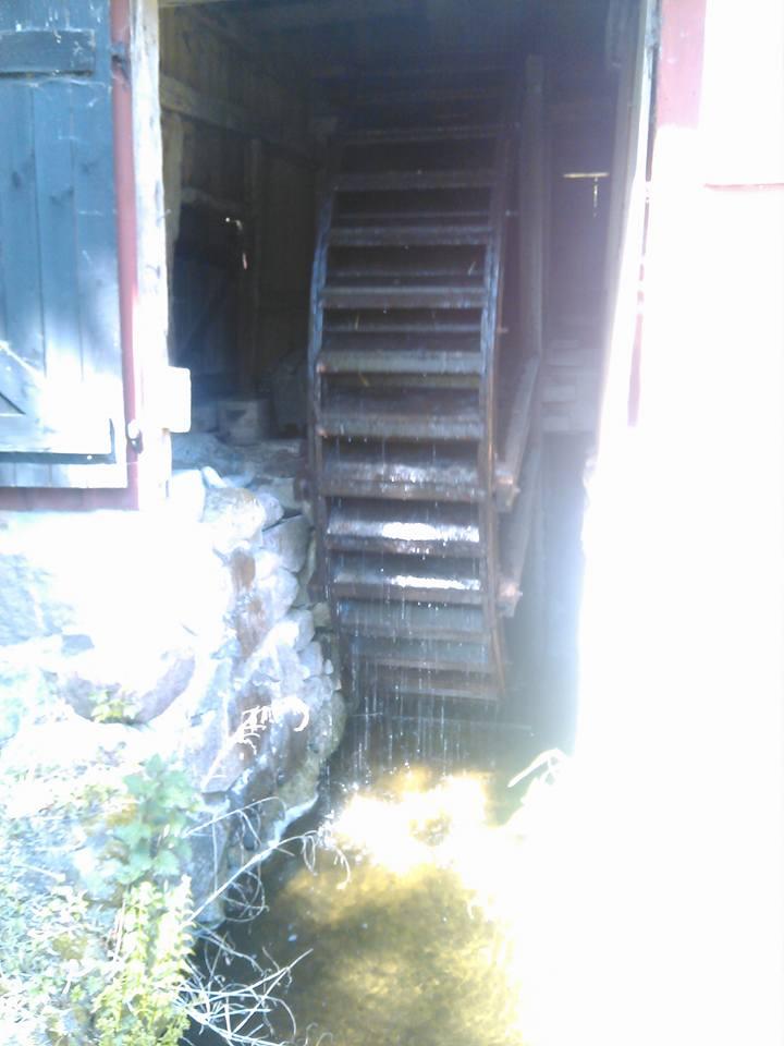 Vattnet driver detta stora hjul och kvarnstenar i möllan, mycket intressant!