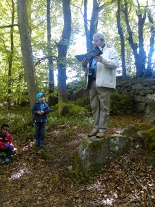 Lars läser ur Arne Castells bok Pysslingarna i Forsakar