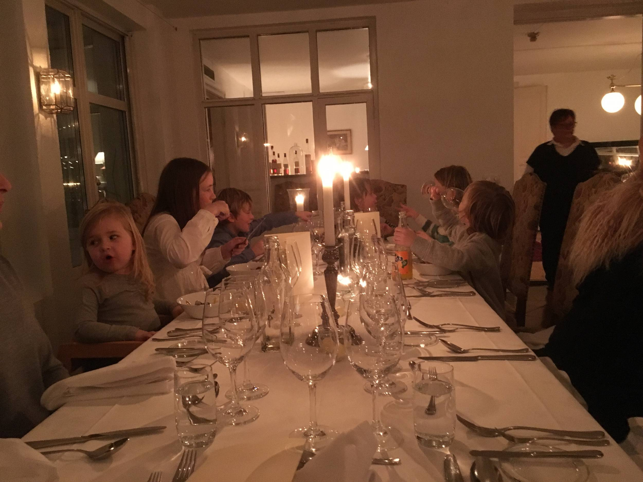 Barnen äter på Karlaby kro