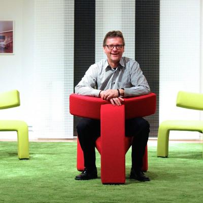 Tommy Nyberg, ägare och vd för Skipper Furniture, som tidigare hette Nelo, Knislinge. Han sitter i stolen The Red Devil, som är döpt efter smeknamnet på favoritlaget Manchester United. Foto: Björn Solfors